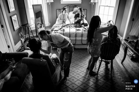 Vermont trouwfotograaf - Inn at Mountain View Farm | Het bruidsfeest bereidt zich voor op de ceremonie.