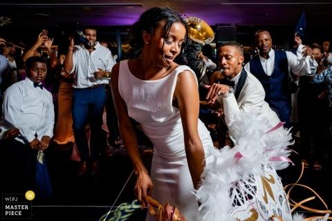 Universität von Maryland, College Park, MD Hochzeitsfotograf | Braut und Bräutigam bringen die Second Line Band am Ende des Empfangs