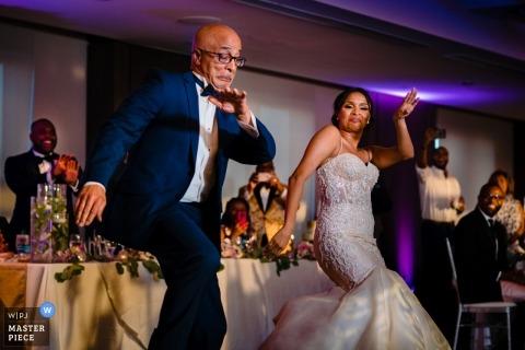 Fotografía de bodas en la Universidad de Maryland, College Park, MD, EE. UU. - La novia y su padre lo analizan en la pista de baile