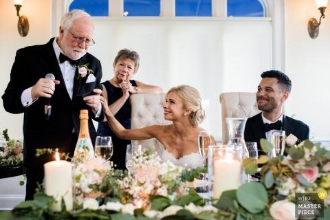 Westchester, New York Hochzeitsfotografie im Whitby Castle | Der Vater der Braut weint während seiner Rede