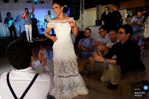 Recanto São Bento Wedding Photo de la mariée sur la piste de danse avec le groupe derrière.