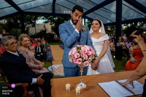 Ceremonia de boda de Aldeia das Flores rasgón para el novio - fotografía de boda de la pareja.