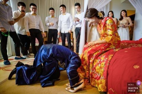 Bali, Indonésie photo de mariage de jeu pour le marié avec la mariée.