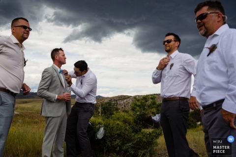 Missouri Headwaters State Park photographie de mariage des mecs se préparant.