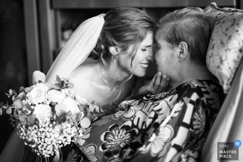 Reggio Calabria-trouwfoto van een bruid die oog in oog komt te staan met een oudere vrouw.