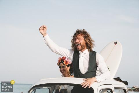 Lungomare, porto sant'elpidio - Happy Groom sous le toit ouvrant d'une voiture avec sa femme et une planche de surf!