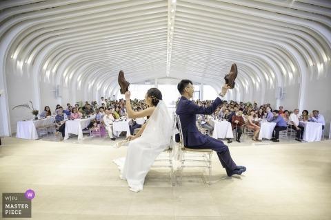 顯示新娘和新郎在遊戲中的imaginarium攝影教會