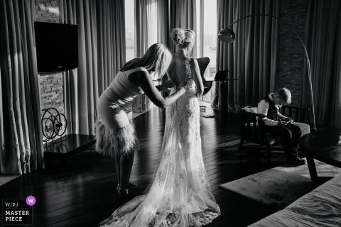 Trouwdagfotografie bij Rixos Hotel The Palm Dubai | Een rustig moment om je klaar te maken met familie