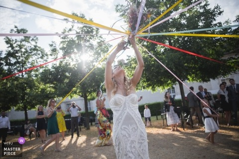 école militaire parijs fotografie van bruidboeketspel bij de bruiloftsreceptie