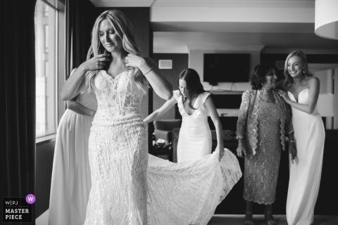Ohio Hotel Getting Ready Photography - Emotionale Gesichter, wenn die Braut fast bereit für die Hochzeitszeremonie ist.