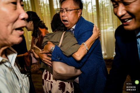 W Hotel Sentosa, Singapur Hochzeitsort Fotografie | Die Eltern des Paares jubelten den Gästen am großen Tag ihr Glück zu.