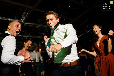 Fotógrafo de bodas en Rumania en Gradina Lahovari | El novio y los invitados bailan durante la recepción