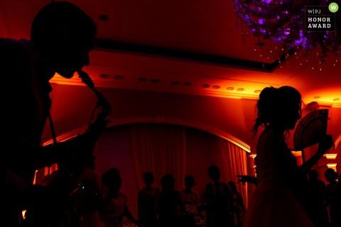 Bliss Events Foto de la boda | Novia silueta danza durante un recital de saxofón solo