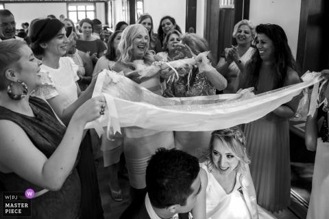 London, Ealing Wedding Fotojournalist | Een Perzische huwelijkstraditie wordt uitgevoerd.