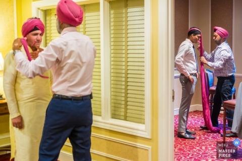 Dearborn Inn, Dearborn, MI - Huwelijksfotografie van Turbins gewikkeld in de groomsmen.
