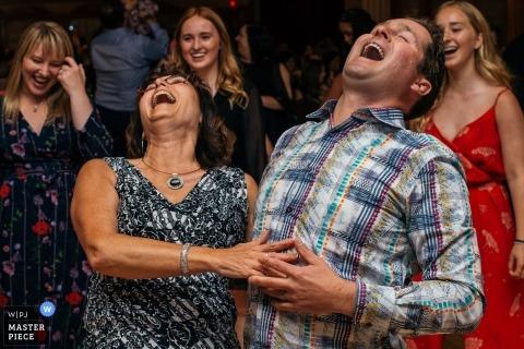 Santa Maria Goretti Center, Edmonton, AB, Kanada Hochzeitsfotografie zeigt Spaß an der Rezeption