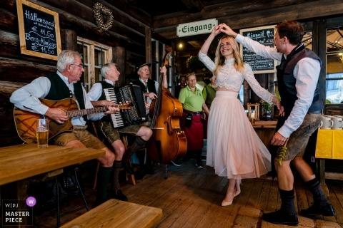 Jagahütt'n Schliersee huwelijksreceptie fotografie - De eerste dans in Duitsland