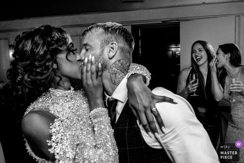 Wedding Reportage-afbeeldingen uit Londen, trouwfeestlocatie - bruid / bruidegom eerste dans