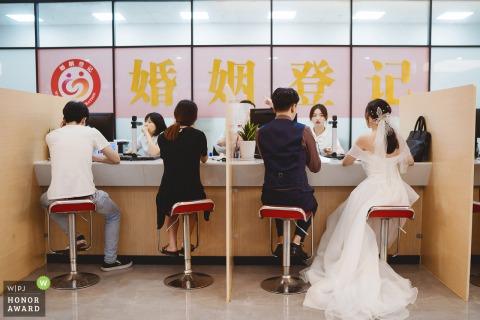 Fotógrafo de bodas de Zhejiang con los novios en la Oficina de Asuntos Civiles