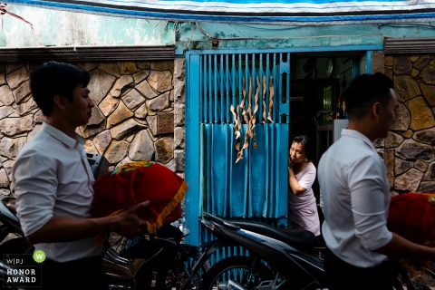 Ho Chi Minh City wedding photo | The groom's neighbor is curious to see the groomsman with wedding gift, her house is very special with citrus peel Chinese kumquats