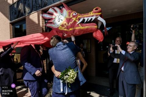 Chiesa di San Carlo, Novate Milanese, Milano Huwelijksfotograaf | De eerste kus onder de rode draak