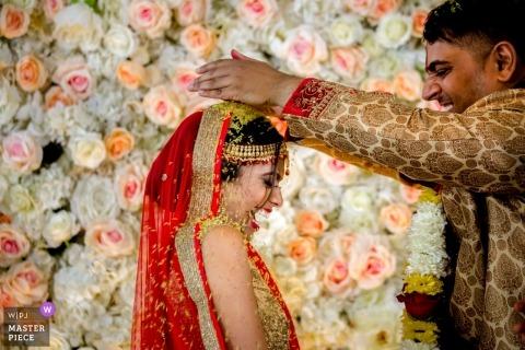 Esplanade Lakes-huwelijksfoto van bruid en bruidegom tijdens een Hindoese ceremonie.