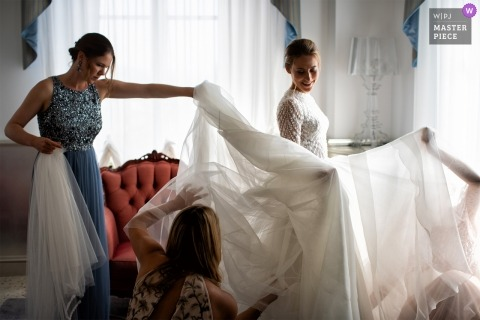 Przygotowanie fotografii w Byblos Art Hotel - Werona - Włochy - Zdjęcie przedstawiające ostatnie poprawki przed ceremonią ślubną