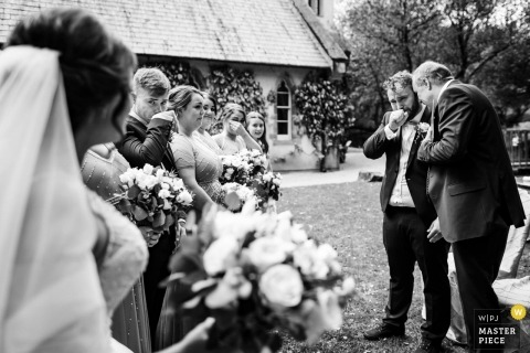 Brooklodge, Co. Wicklow Documentary Wedding Photographer - Sposa che arriva e sposo / ospiti / famiglia che si commuovono