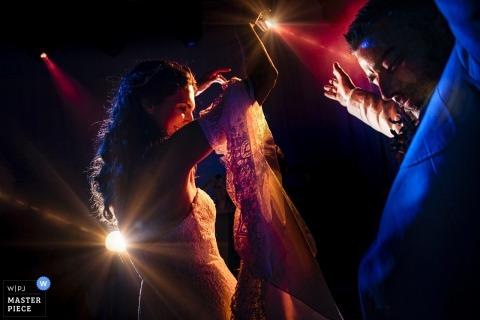 Istanbul Marriot Asia Hotel trouwfoto's van een paar dansen op spotjes op het feest van de receptie