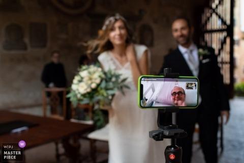 Hochzeitsfotos von Certaldo in Florenz, die die Liebe zur Familie über eine Facetime / Skype-Sitzung zeigen