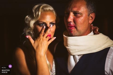 """Fotografía de la recepción de la boda de Eslovenia en el pastel - Fotógrafo: """"Parece que el pastel era muy sabroso (¡y también los besos!"""")"""