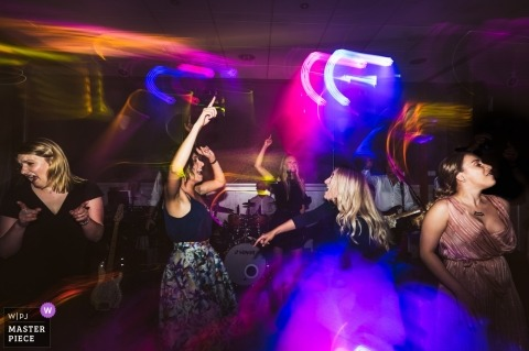 Fotos de la recepción de la boda - hotel Zovko | Las chicas festejan duro en la recepción de la boda bajo luces: fotografía de la boda con obturador lento
