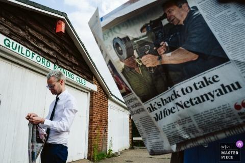 Fotografie im The Weyside, Guildford - Hochzeitsgäste, die während des Empfangs Zeitungsspiele spielen