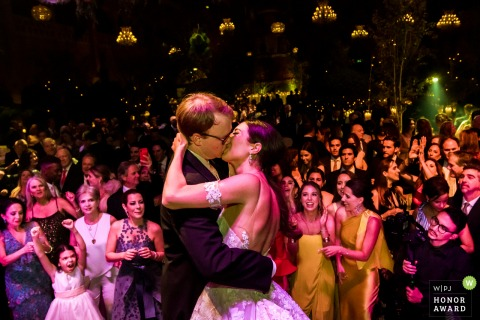 Amsterdam - Beurs van Berlage wedding venue photo | Bride and groom Kiss on the dancefloor