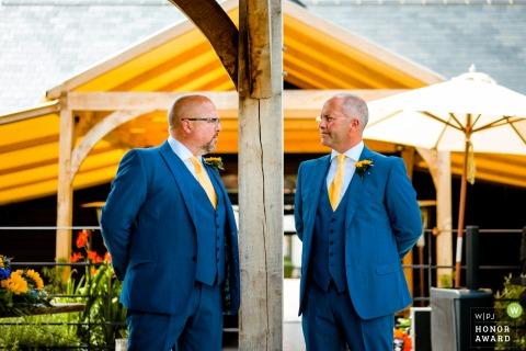 Scheunen bei Redcoats, Hitchin, UK Hochzeitsort Foto | Brüder warten auf die Braut