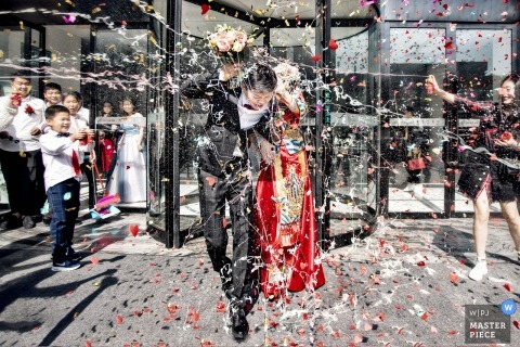 Henan China wedding photographer | a special way to welcome groom and bride, which is very spectacular.