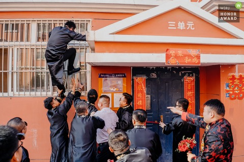 Shaanxi home photography on actual wedding day - The best man is climbing the wall into the bride's house