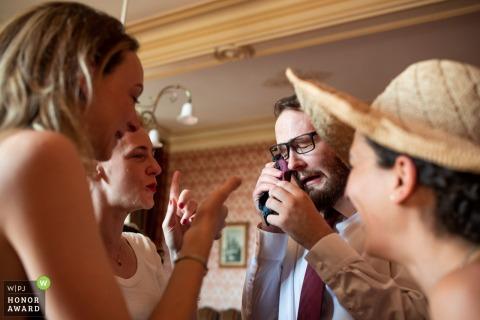 市政廳,法國吉倫特省33巴薩斯的婚禮照| 證人擦乾他的情感眼淚