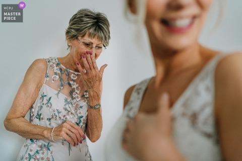 Ashfield House婚礼照片-新娘的妈妈在礼服中见到她时哭泣
