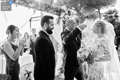 Villa Lagorio, photos de mariage en plein air sur la Riviera italienne montrant le dévoilement de la mariée