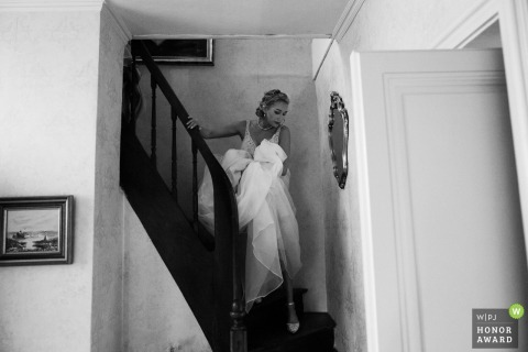 Chateau Allure du lac wedding venue photo | The beautiful bride goes down the stairs to go to the ceremony