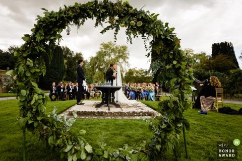 Foto de boda del Castillo de Kilkea del primer beso en la ceremonia al aire libre