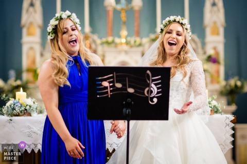 Fotografía de bodas en la Powerscourt House, Wicklow, Irlanda | Imagen de la cantante de ópera novia y dama de honor
