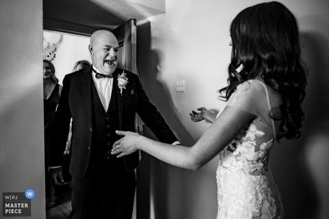 Kildare, fotógrafo de bodas documental en Irlanda: el padrino ve a la novia por primera vez cuando llega para acompañarla por el pasillo