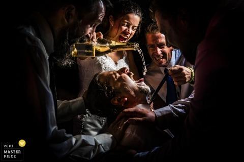 Zala Springs Golf Resort Zalacsány Hochzeitsfotografie | Die Braut gibt dem Bräutigam Champagner