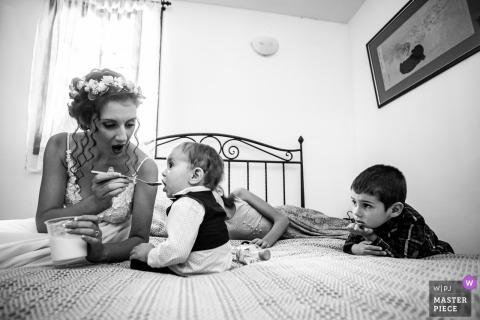 Bojenci Vilage, Bułgaria Fotografia ślubna - Panna młoda i dzieci Czekają na pana młodego