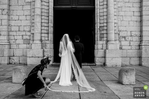 Vidauban, Church wedding photo | The bride is waiting to enter into the church