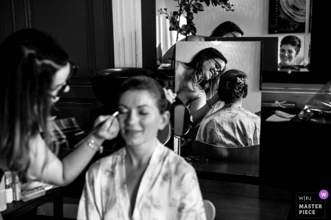 Château de Pruzilly Wedding Photographer - The Bride is Getting ready with her friend