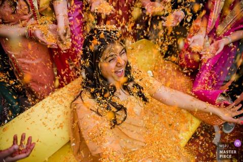Fotografia ślubna z domu panny młodej w Delhi | To było chwilę po ceremonii Haldi, gdzie wszyscy nakładają narzeczoną kurkumę, a następnie zasypują ją kwiatami na znak miłości