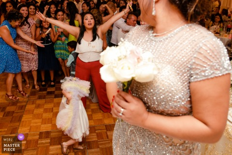 Dynasty Restaurant Wedding Venue Photography - Das kleine Mädchen ging hinüber, bevor die Braut den Blumenstrauß warf